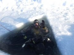 diver in hole_1300884507.jpg